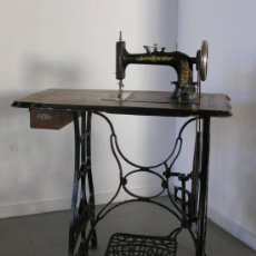 Antigüedades: PRECIOSA MÁQUINA DE COSER NEW HOME. Lote 26567810