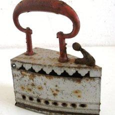 Antigüedades: PEQUEÑA PLANCHA DE HOJALATA - JUGUETE (CON RESTOS DE OXIDO, 10X4,5X13CM APROX). Lote 25425551