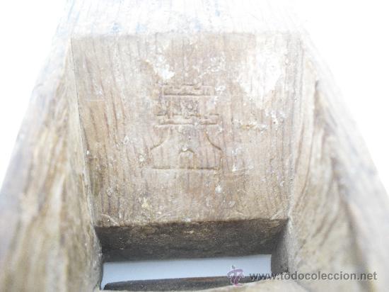 Antigüedades: Antiguo cepillo o garlopa de capintero. La marca del cepillo es una torre y de la cuchilla un gallo. - Foto 4 - 25532404