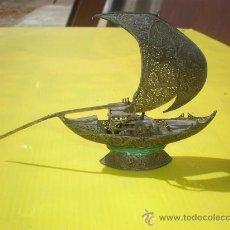 Antigüedades: PEQUEÑO BARCO DECORATIVO METAL. Lote 25543406
