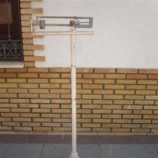 Antigüedades: BASCULA DE FRAMACIA EN BLANCO. Lote 25563875