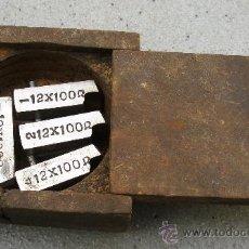Antigüedades: PEQUEÑA CAJA DE MADERA CON 4 ACCESORIOS PARA CORTAR ROSCA (CAJA MIDE 6X6,5X3CM APROX). Lote 25714097