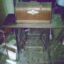 Antigüedades: MAQUINA DE COSER SINGER CON MESA Y PEDAL. Lote 26146257