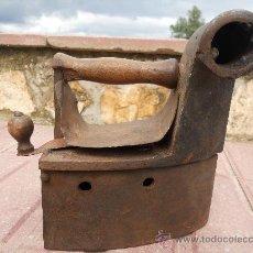 Antigüedades: BONITA PLANCHA DE HIERRO FUNDIDO QUE SE USABA CON CARBONES.. Lote 26513455