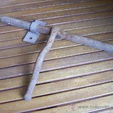 Antigüedades: ANTIGUO CERROJO DE FORJA. 38 CM.. Lote 26517481