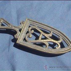 Antigüedades: SOPORTE PLANCHA PLANCHERO MINI METAL. Lote 294567168