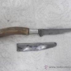 Antigüedades: CUCHILLO ANTIGUO EN ASTA CON FUNDA. Lote 27478170