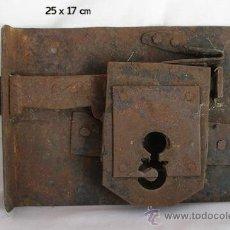 Antigüedades: GRAN CERRADURA ANTIGUA SIGLO XIX O ANTERIOR. Lote 27791254