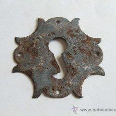 Antigüedades: ANTIGUA BOCALLAVE DE CERRADURA - 8 X 8 CMS. Lote 27866366