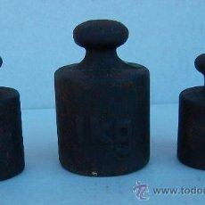 Antigüedades: JUEGO DE PESAS ANTIGUO, CIRCA DE 1859, 1 KG , 2 1/2 KG ,,,PES365. Lote 28001323