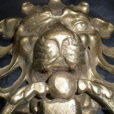 Antigüedades: TIRADOR DE BRONCE LEON. Lote 28014760
