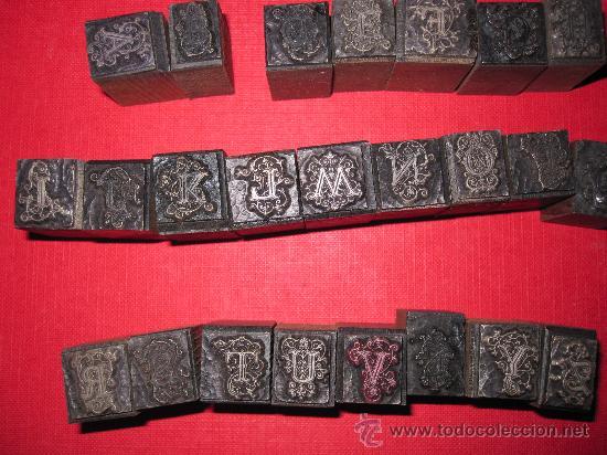 24 LETRAS CAPITULARES DE IMPRENTA, ABECEDARIO CASI COMPLETO, EN ALEACION TIPOGRAFICA Y MADERA (Antigüedades - Técnicas - Varios)