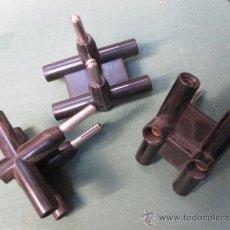 Antigüedades: MATERIAL ELECTRICO - 3 CLAVIJAS TRIPLES BAKELITA NEGRA GILMA - COMPROBAR MEDIDA PATILLAS LEER + NFO. Lote 237097430