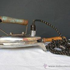 Antigüedades: PLANCHA CON SOPORTE.MANGO DE MADERA.CONECTORES Y ENCHUFE DE BAQUELITA.125W. Lote 28205869