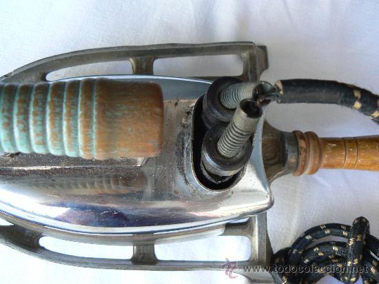 Antigüedades: PLANCHA CON SOPORTE.MANGO DE MADERA.CONECTORES Y ENCHUFE DE BAQUELITA.125W - Foto 4 - 28205869