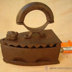 Antigüedades: PLANCHA DE CARBON EN HIERRO CON FIGURA DE ANIMAL. Lote 28324344
