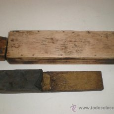 Antigüedades: ANTIGUA *PIEDRA DE AFILAR*, DOBLE, DE BARBERO, CON SU CAJA DE MADERA. Lote 28489394