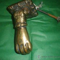 Antigüedades: ALDABA PICAPORTE DE BRONCE MANO. Lote 153888474
