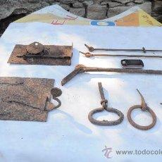 Antigüedades: LOTE DE FORJA CERRADURA, PUERTA COCINA, ANILLA, MANILLA, CLAVIJAS.. Lote 43253104