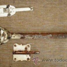 Antigüedades: LOTE DE TRES CERROJOS DE HIERRO Y BRONCE, ANTIGUOS.. Lote 29111796
