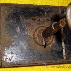 Antigüedades: CERRADURA MUY ANTIGUA DE FORJA DE HIERRO, CON LLAVE Y FUNCIONANDO.. Lote 29147286