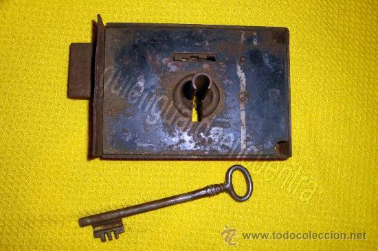 Antigüedades: Cerradura muy antigua de forja de hierro, con llave y funcionando. - Foto 2 - 29147286
