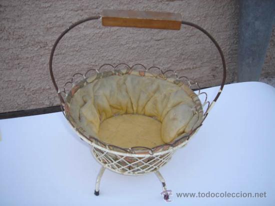 COSTURERO ANTIGUO EN FORMA DE CESTA. (Antigüedades - Técnicas - Máquinas de Coser Antiguas - Otras)