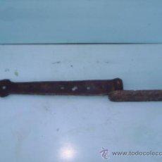 Antigüedades: BISAGRA MUY ANTIGUA DE FORJA - 50 CM DE LARGA TOTAL X 5 CM DE ANCHA. Lote 29247692