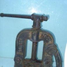 Antigüedades: MORDAZA DE FONTANERO DE SUJETAR LAS TUBERIAS DE HIERRO PARA CORTARLAS Y HACERLES ROSCA - EN USO. Lote 29412512