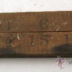 Antigüedades: REGLA PLEGABLE DE MADERA Y LATON, FABRICADO EN HOLANDA, PERO MIDE EN PULGADAS , 24¨=61CM. Lote 29411758