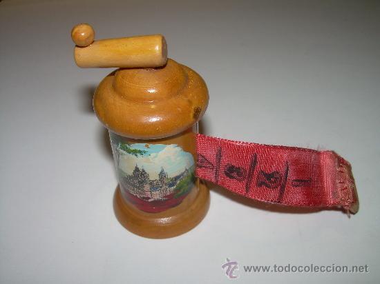 ANTIGUO UTIL DE COSTURA.....CINTA METRICA DE MADERA.......EL ESCORIAL. (Antigüedades - Técnicas - Varios)