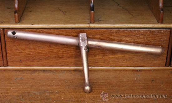 ANTIGUA CORREDERA DE PESTILLO EN BRONCE CON UN REMACHE LARGO 33 CM (Antigüedades - Técnicas - Cerrajería y Forja - Pestillos Antiguos)