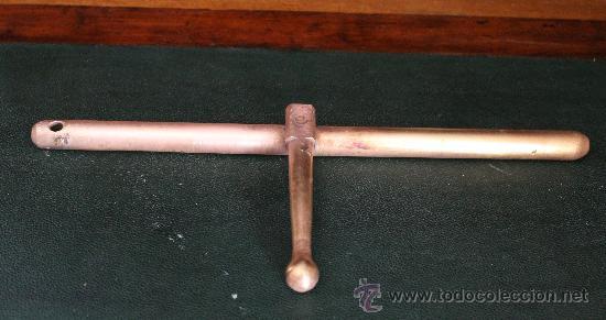 Antigüedades: ANTIGUA CORREDERA DE PESTILLO EN BRONCE CON UN REMACHE LARGO 33 CM - Foto 2 - 29530872