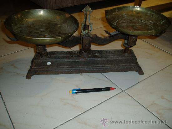 BALANZA ANTIGUA UN PLATO ORIGINAL,OTRO NO (Antigüedades - Técnicas - Medidas de Peso - Balanzas Antiguas)