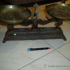 Antigüedades: BALANZA ANTIGUA UN PLATO ORIGINAL,OTRO NO. Lote 29639802