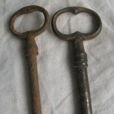 Antigüedades: DOS ANTIQUÍSIMAS LLAVES DE HIERRO. 11,5 Y 12 CM.. Lote 29720528