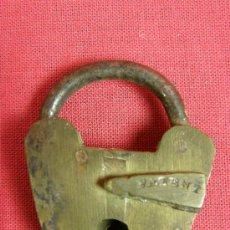 Antigüedades: CANDADO DE LATÓN CON PROTECTOR DEL CIERRE SIN LLAVE FNLES S XIX PPIOS S XX 4 X 3 CM. Lote 29752414