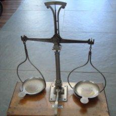 Antigüedades: ANTIGUA BASCULA CON BASE DE CAJA DE MADERA PARA SU ALOJAMIENTO DESMONTADA. Lote 29829335