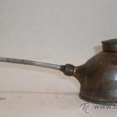 Antigüedades: ANTIGUA ACEITERA MANUAL PARA ENGRASAR PIEZAS Y MAQUINARIA. Lote 29867367
