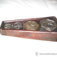 Antigüedades: BONITO JUEGO DE 4 PESAS ANTIGUAS CON CAJA. Lote 30529433