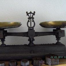 Antigüedades: MUY BONITA Y ANTIGUA BALANZA DE LOS AÑOS 20 CON PESAS. Lote 30798246