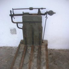 Antigüedades: BASCULA -MADERA Y HIERRO -250 KGS.. Lote 31252089