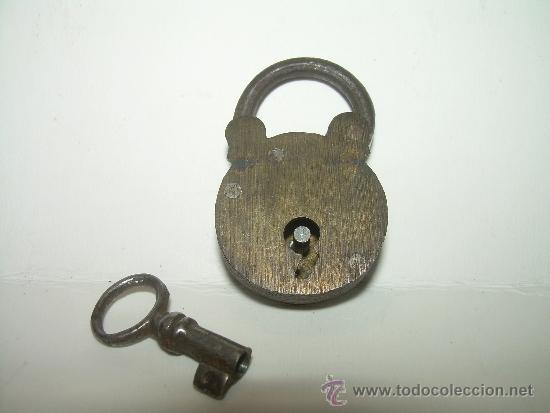 ANTIGUO Y MINUSCULO CANDADO DE BRONCE CON LLAVE ORIGINAL. (Antigüedades - Técnicas - Cerrajería y Forja - Candados Antiguos)