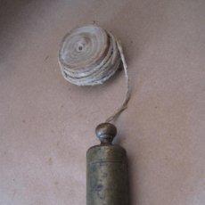 Antigüedades: PLOMADA ANTIGUA EN BRONCE, CON CARRETE DE MADERA Y CORDEL.. Lote 31637552