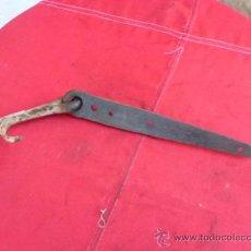 Antigüedades: ANTIGUA BISAGRA DE PORTÓN CON SU CLAVO DE FORJA B-9. Lote 31663236