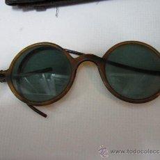 Antigüedades: ANTIGUAS GAFAS DE SOL REDONDAS, CON FUNDA DE CUERO - PARECE PLASTICO. PATILLA ROTA.. Lote 31870364