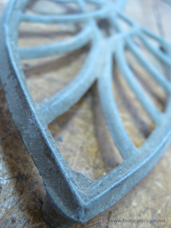 Antigüedades: Antigua base para plancha - metal calado - 3 patas - Foto 3 - 31883433