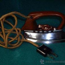 Antigüedades: PEQUEÑA PLANCHA ELECTRICA -ASA DE BAQUELITA - AZN ALEMANA. Lote 32038187