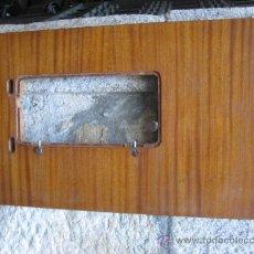 Antigüedades: ENCIMERA PARA MAQUINA DE COSER EN AGLOMERADO CHAPADO - 81X45CM, VER MEDIDAS HUECO. Lote 32146397