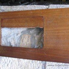 Antigüedades: ENCIMERA PARA MAQUINA DE COSER EN AGLOMERADO CHAPADO - 79X43.5CM, VER MEDIDAS HUECO. Lote 32146621